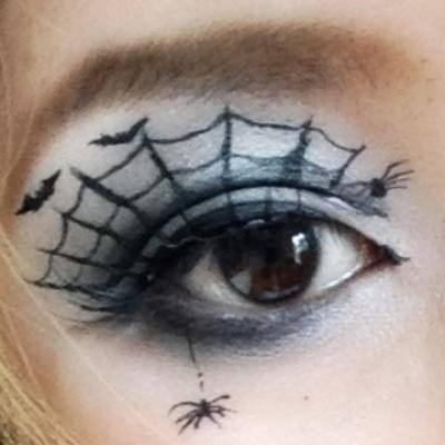 アイライナーで作る「クモの巣メイク」でハロウィンメイク