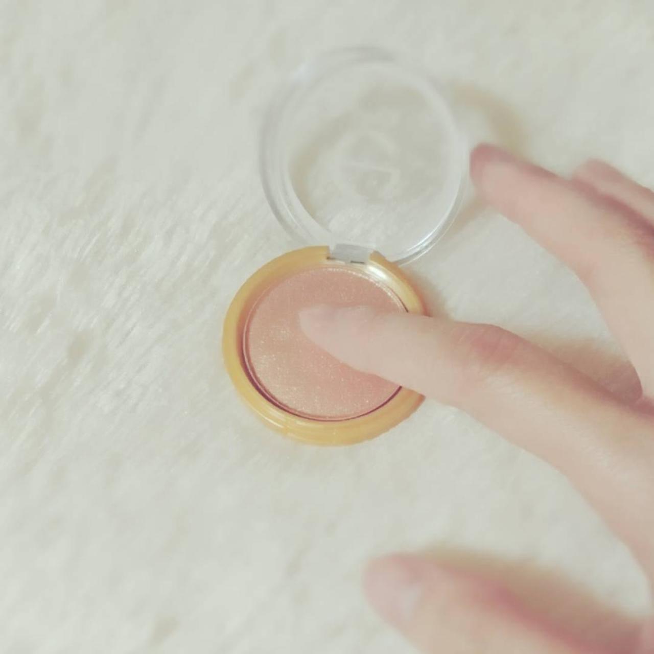 アイシャドウは指でささっと