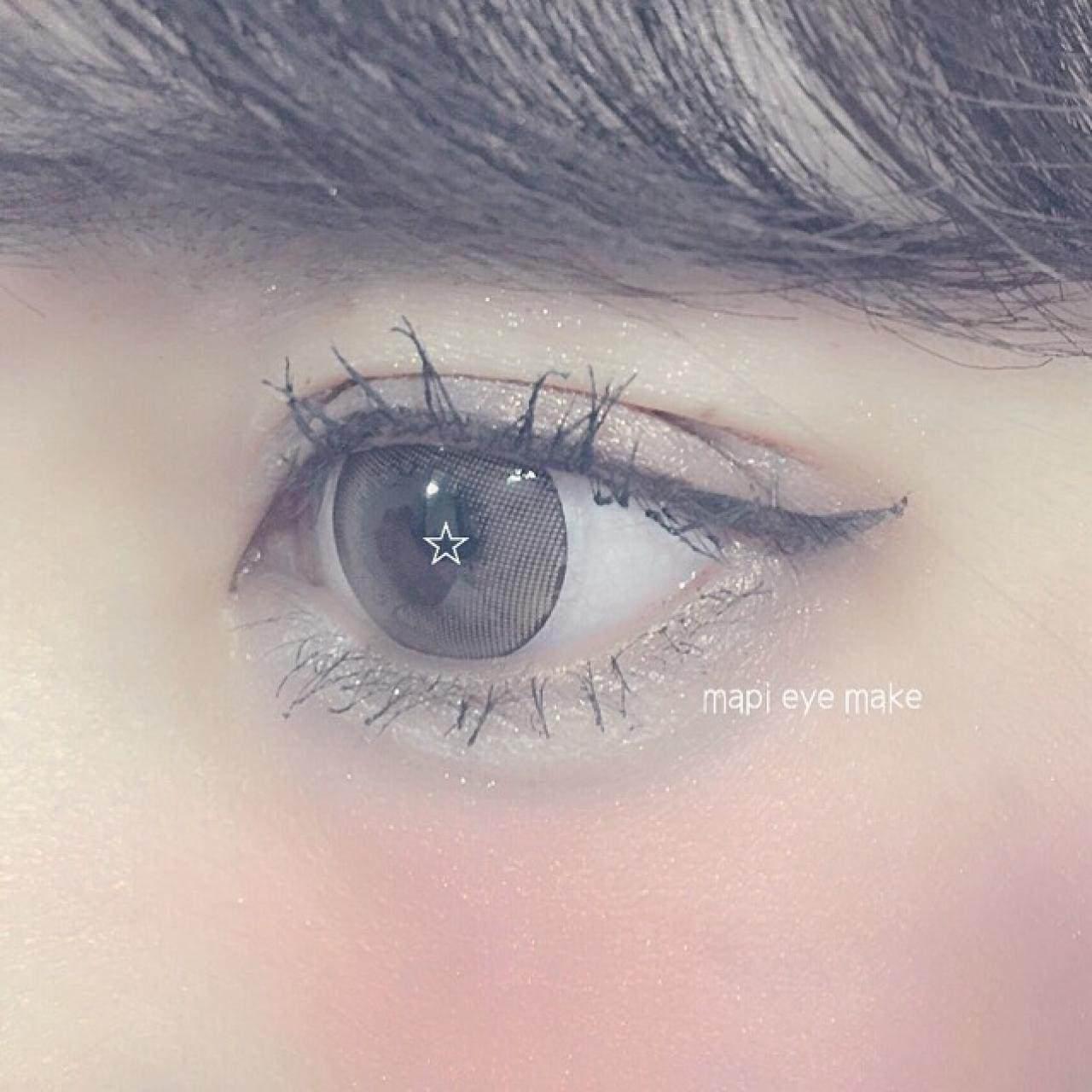 アイラインは目の際に細く