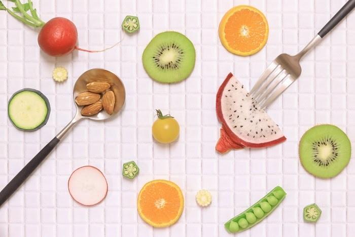 フルーツや野菜をオシャレに並べた様子