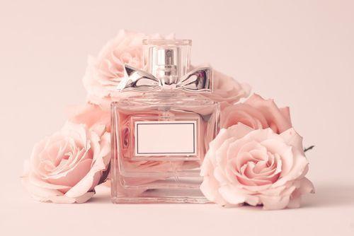 香りでドキッとさせる!モテる香水の付け方&恋愛成就に効く恋コスメ香水まとめ