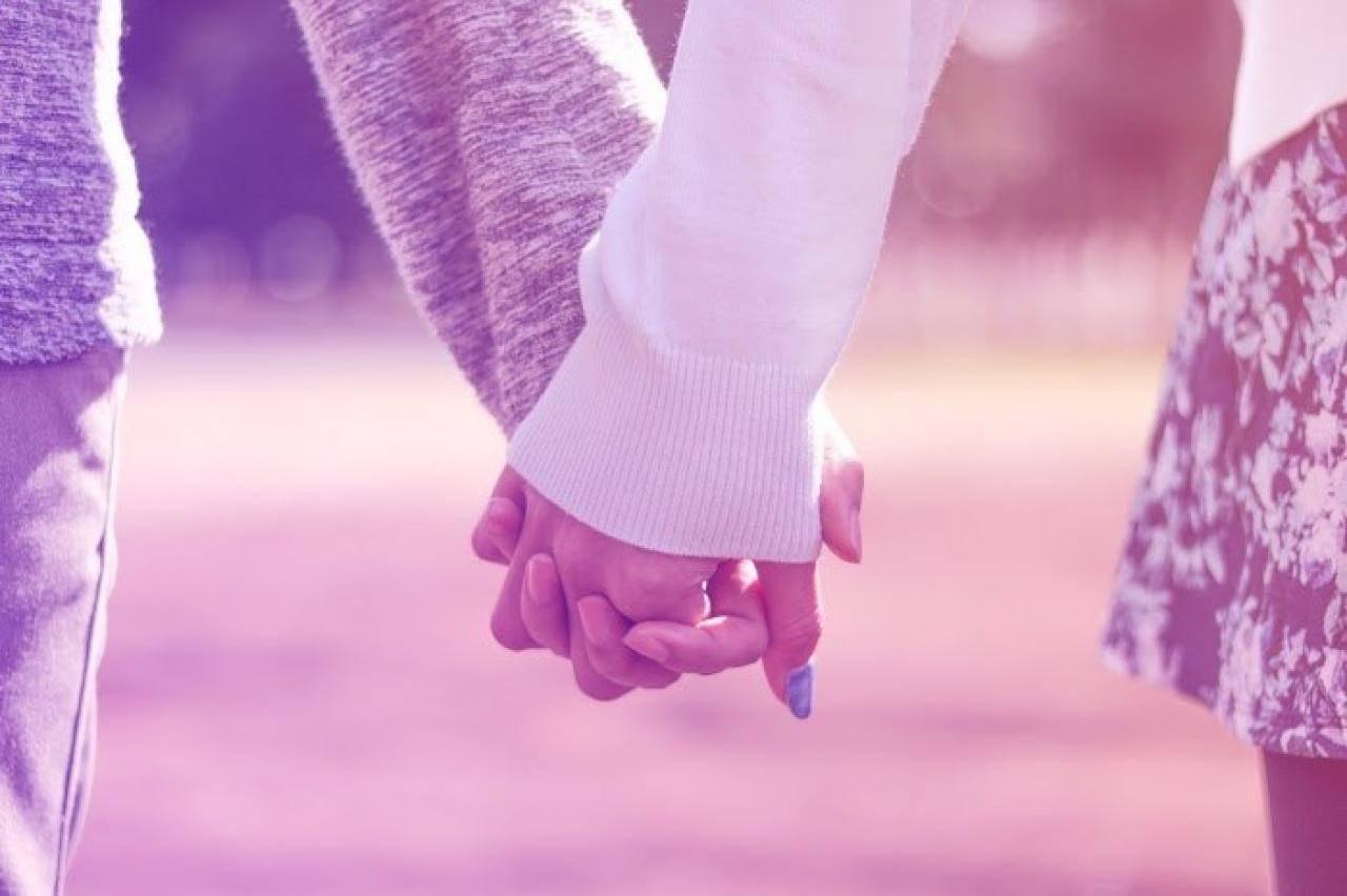公園で仲良く手をつなぐ付き合いたてのカップル