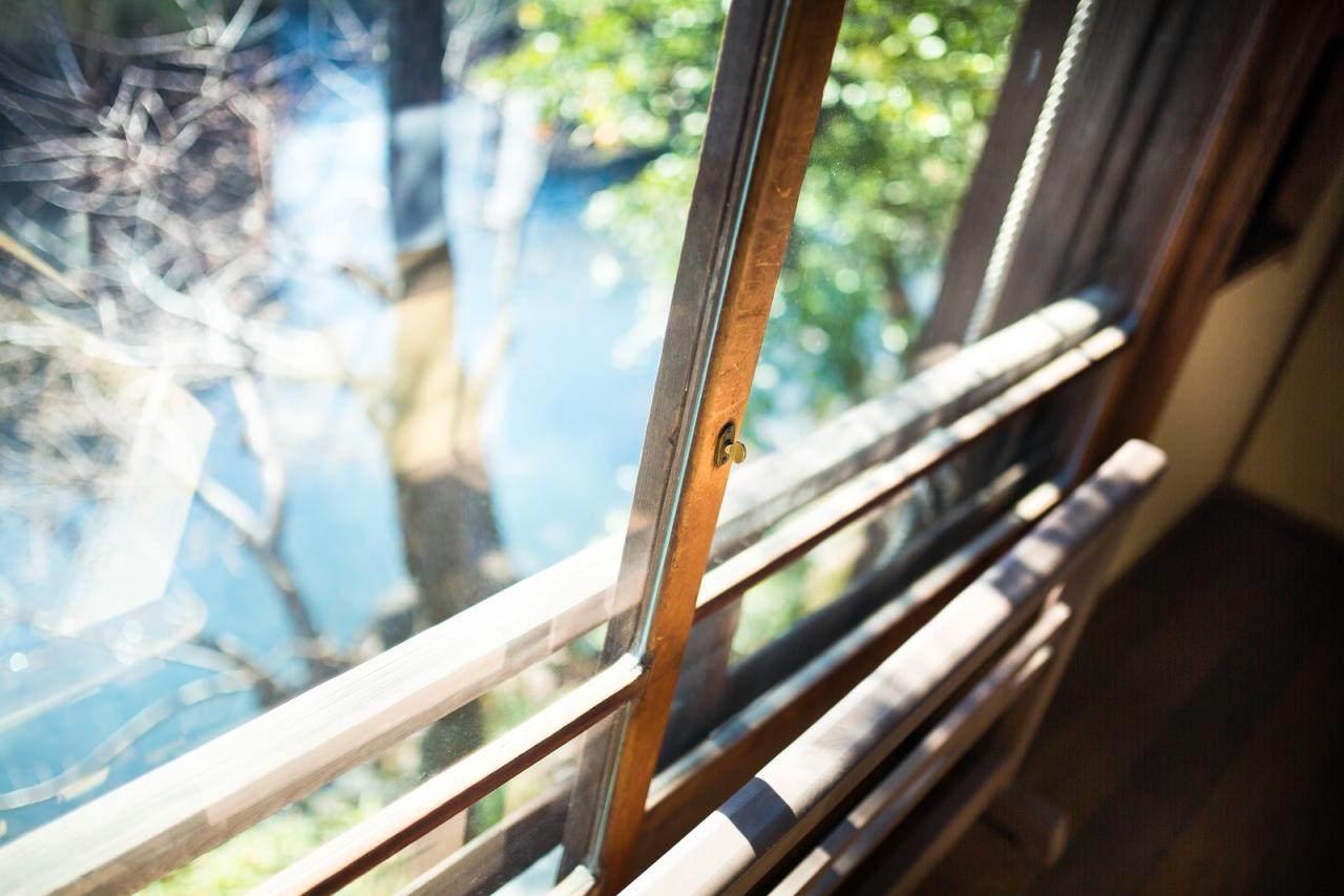 メイクをするときは窓際で