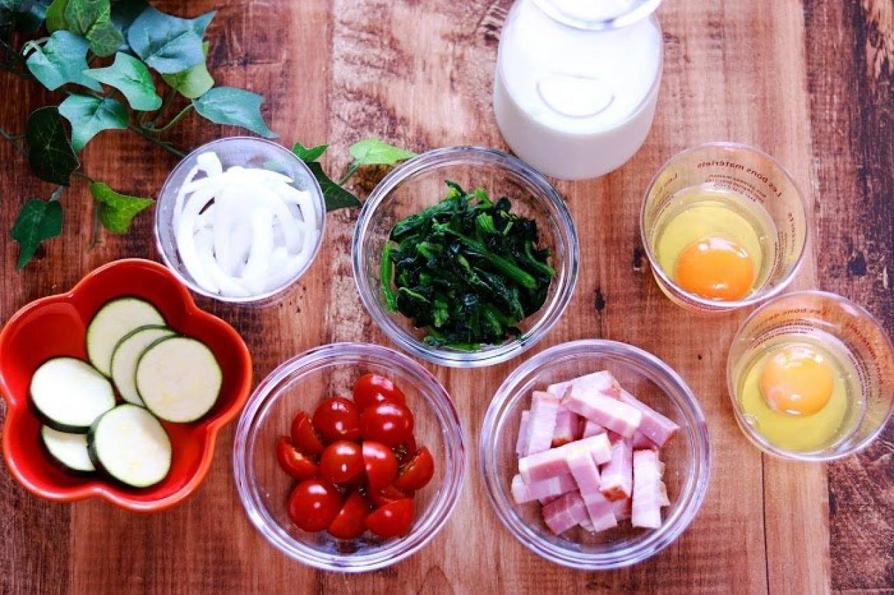 ズッキーニ、たまねぎ、トマト、ほうれん草、牛乳、ベーコン、たまご
