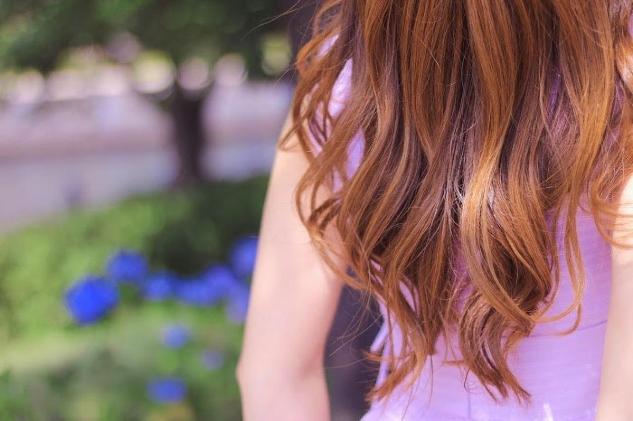 紫陽花(あじさい)が咲く公園にたたずむ女の子