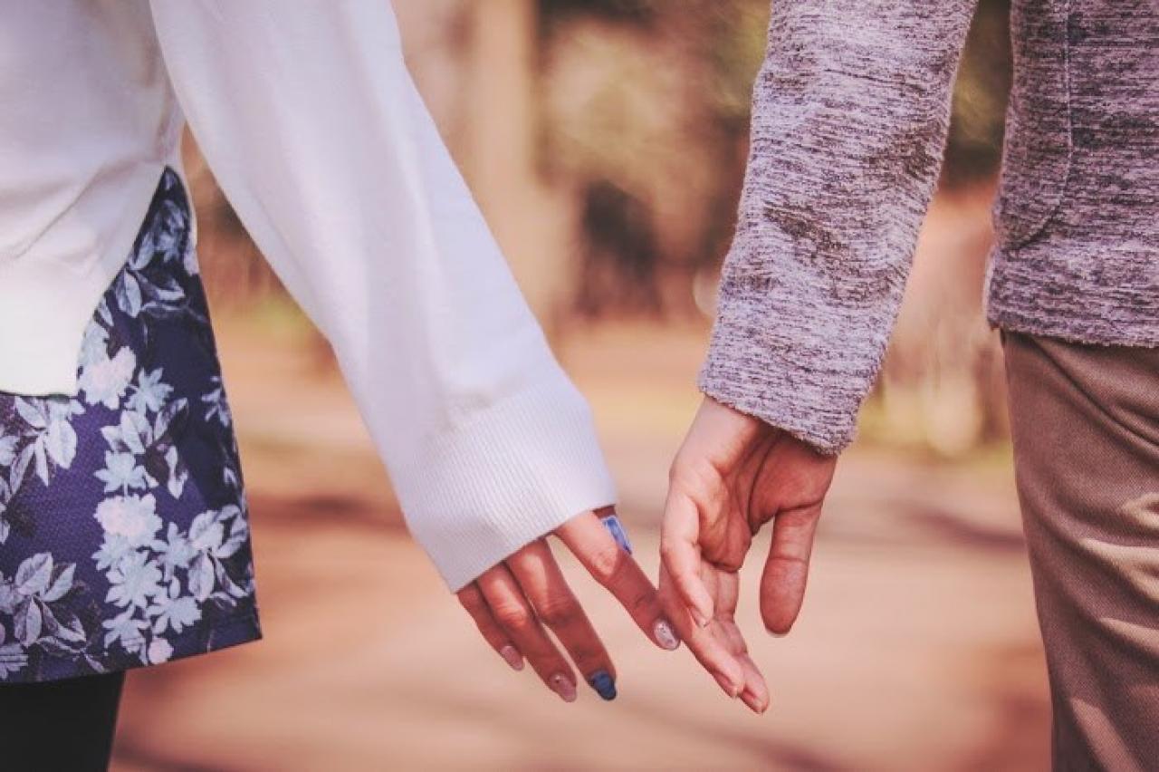 あと少しで手をつなぎそうなもどかしいカップル