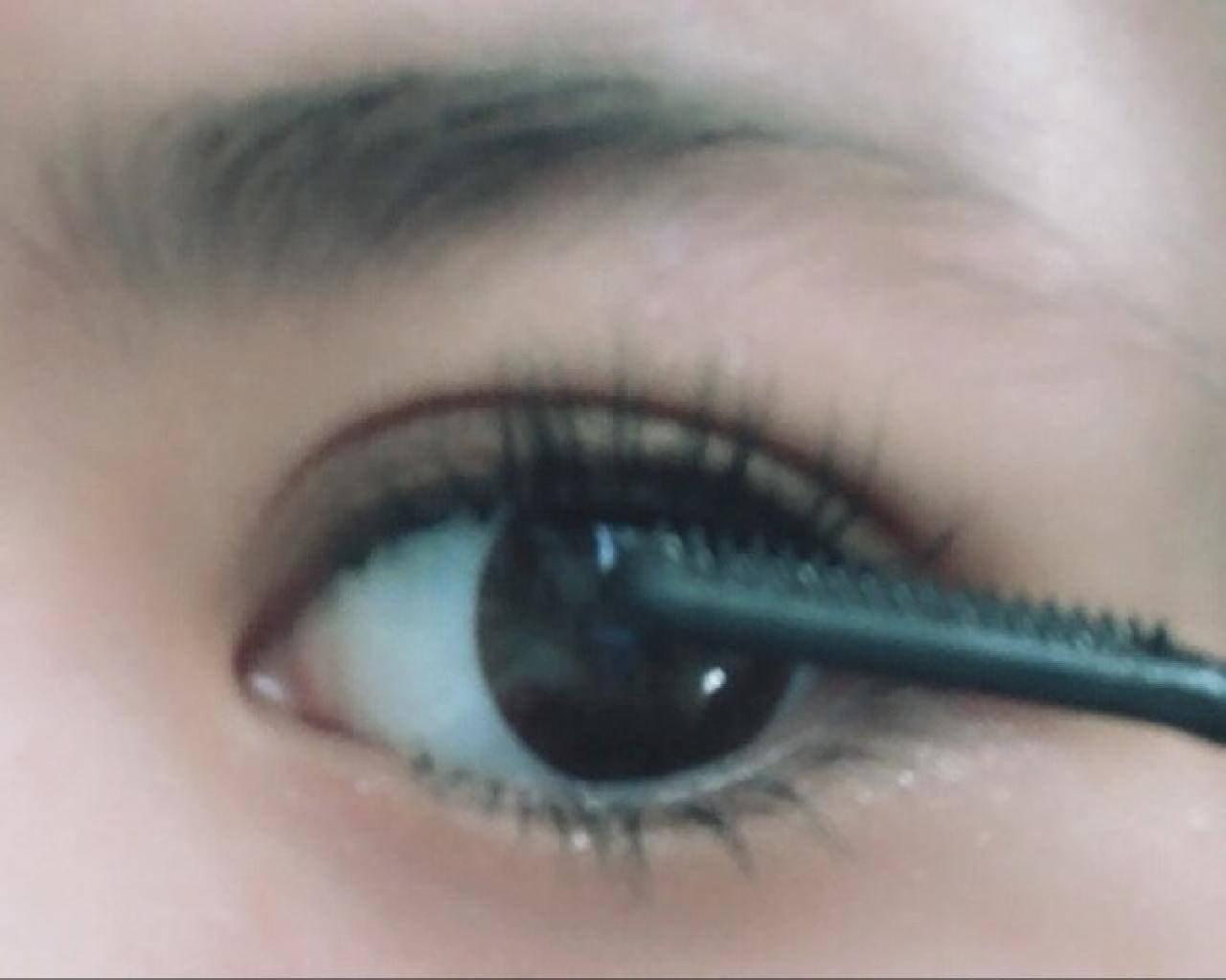 マスカラは黒目の上部分を中心に