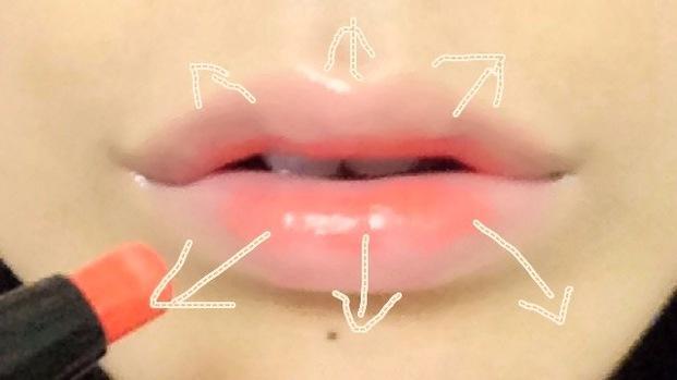 唇にグラデーションを付ける