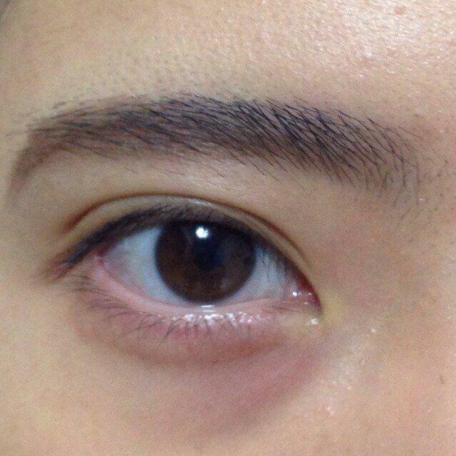 眉毛は(利き手が右手の人は、左眉から、左手の人は右眉)目尻から毛の流れに沿って毛を生やす様に描く。 私はつり目が嫌なので、眉尻は下げ目に描いてます。