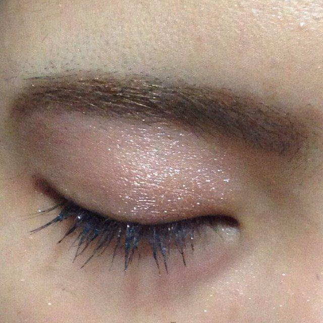 ゴールドとピンクのシャドウを混ぜて薄く瞼に塗る。(ほんとに薄く!)