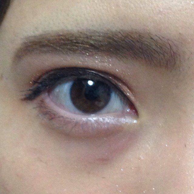 目尻には1番濃いシャドウを5mmくらい塗る。目頭には薄めに白いシャドウを乗せる感覚でポンポンポンと描いてく。
