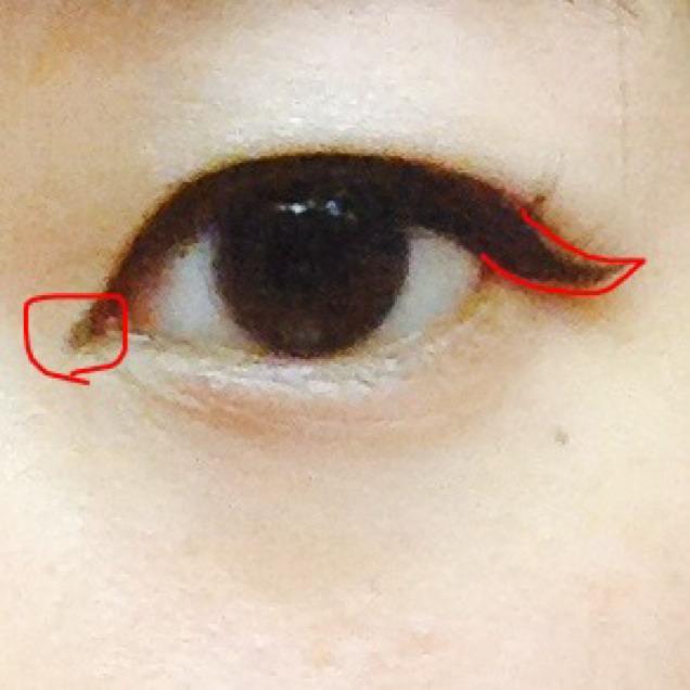 目尻は少し垂れ気味に引いてからハネさせます。目頭切開ラインも足します。 バランスみて横幅を自然に拡張してください。