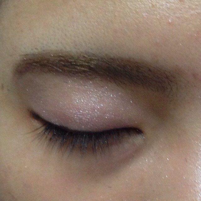 アイライナーは茶色で、まつげの生え際を埋めるように書く。 茶色のアイライナーは目を優しく魅せます。