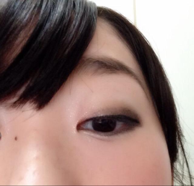 ⑤まつげの粘膜を埋めるようにアイライン。 目尻長めにすると大人っぽくなります!