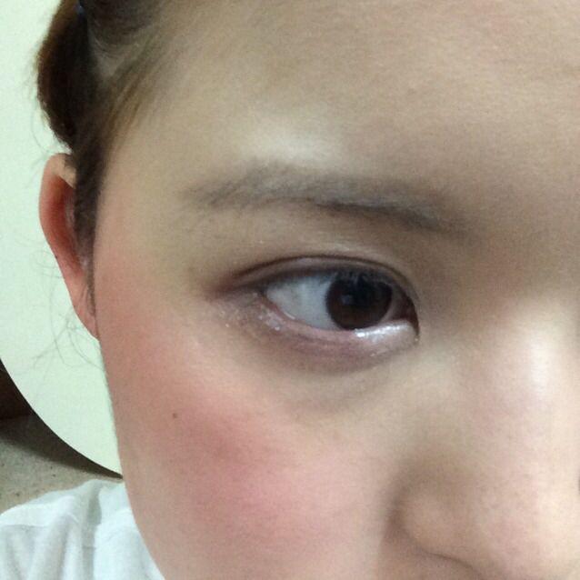 RMKとshu uemuraのシャドウを使ってブラウンのグラデーションを作る。 目頭側はピンクのシャドウを使い、目尻にかけて茶色になるように。 今回はタレ目メイクなので、特に目尻側の下まぶたを濃く!