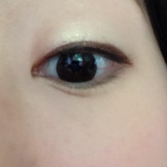 ④アイラインは茶色が優しく見えてGood。目尻少し長めで引きます。 粘膜部分は黒で目の形に合わせて引くとデカ目効果!