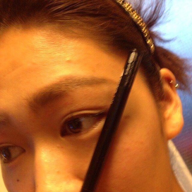 眉毛を書く上でポイントなのは、鼻と、目尻のラインを結んだ延長線上まで眉毛を書くと、ハーフっぽくなります。 ペンシルで書いたら、 パウダーで全体をボサボサ眉毛にします。  全体を真ん中のブラウンで。 延
