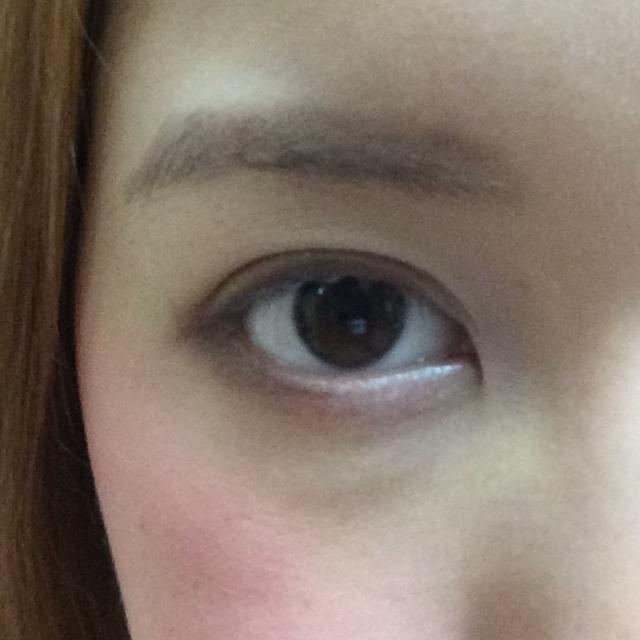 下まぶたの目尻側半分くらいにも、同様に濃く、細めに濃いブラウンを入れる。