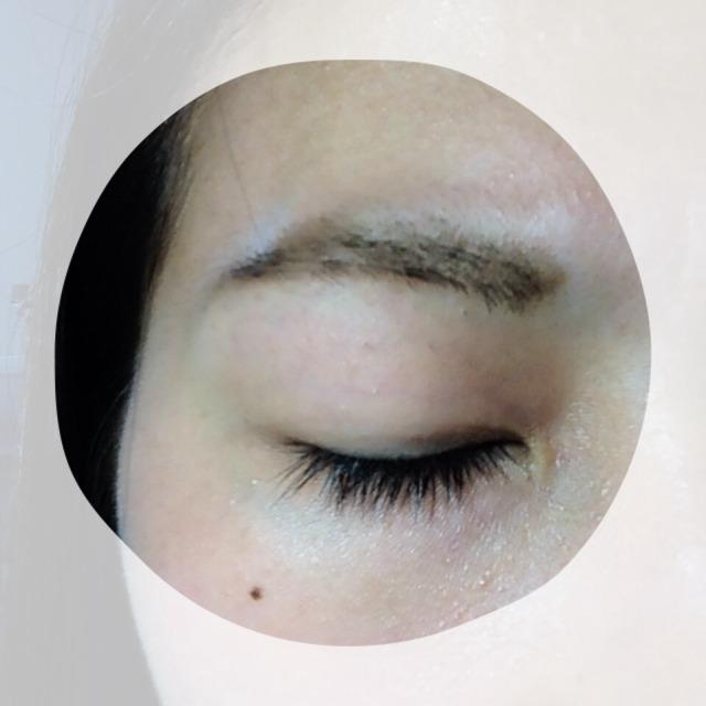 まずメイク前。目を閉じるとこんな感じです。眉毛はパウダーで書いてある状態です。