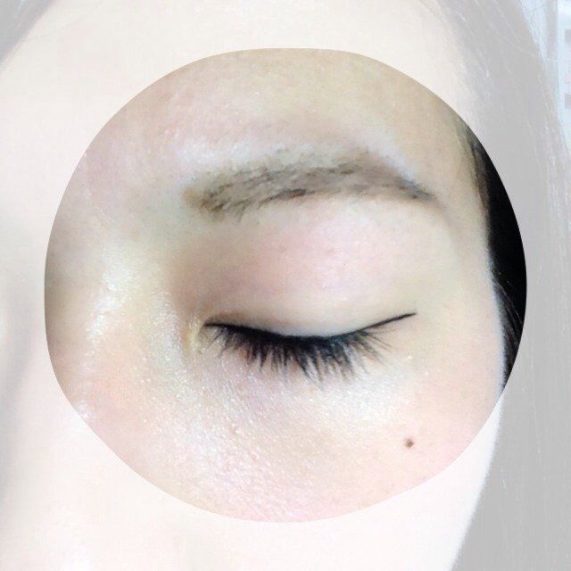 アイラインを引きます。私はリキッドタイプが使いやすいです!インラインや睫毛の隙間を埋める程度の幅なので、目を閉じてみると結構細く見えるかもしれません。