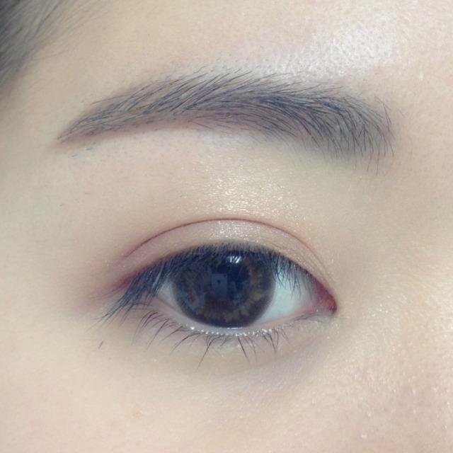 bを、同じく指を使って塗っていきます。 目尻部分が一番濃くなるように、目尻側から内側に向かって伸ばします。