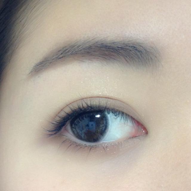 下瞼に締め色を塗ります。黒目の下まで、太めに塗ります。