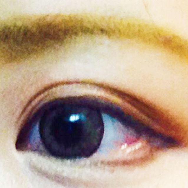 このように目の中心くらいから目尻にかけて気持ち下に描きます!まだアイラインは引いてないですが、上に繋ぐようにくの字にひきます!
