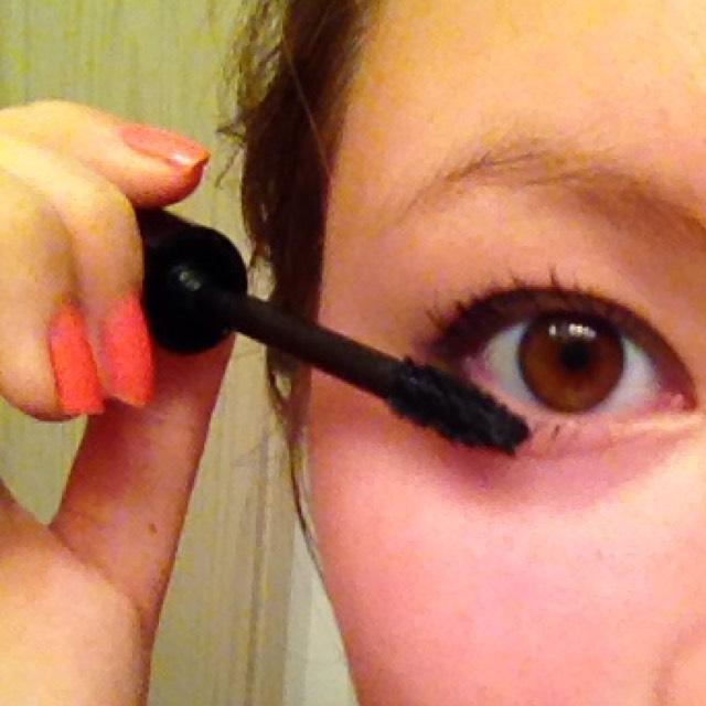 下まつげもしっかり塗って!目尻側に多めに塗ると猫目が際立つよ!