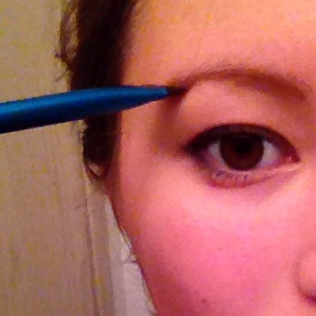 猫目を際立たせたいから眉毛はパウダーで薄〜く。