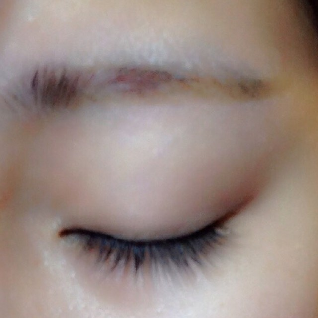 眉毛のしたをしっかり書くと、目とまゆの間が狭まってくっきりとした顔に見えますよ☆