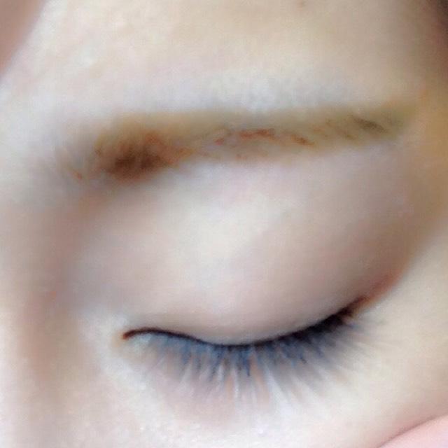 最後に、眉毛マスカラ! ポイントはしっかり色がつくように塗ること! 髪の色よりワントーン明るめがいいですよ
