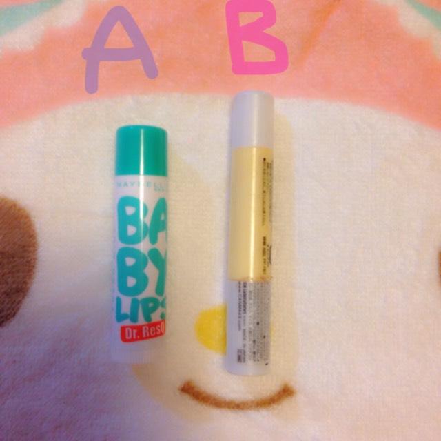 まず、唇が荒れないようにA、メイベリンのリップを塗り、Bで唇の色味を消します。