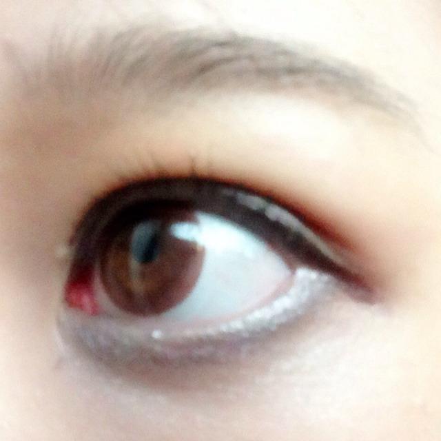 左右でシャドウの色を変え上まぶた下まぶたにつける。左目は下まぶたに濃いブラウン、右目はグレーとブラックをいれ左右非対称にする。