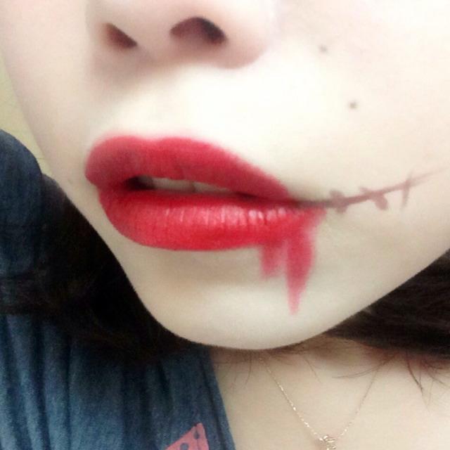 リップはオーバーリップでつけて、血をイメージして少し垂れ流してつける。