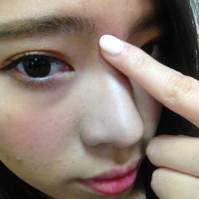 クリーム色のシャドウを眉間から鼻筋にスゥーと塗る!