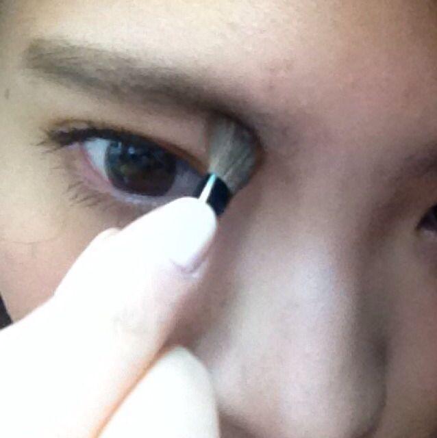 眉頭と眉間から鼻筋にかけての部分をちょいと濃い目に塗る! この時、鼻筋は余り濃くやりすぎない!