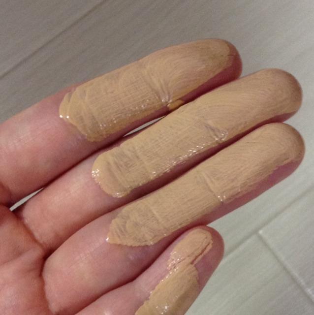 両手で指の第二関節までの範囲に馴染ませます。 その後顔の中心から伸ばしてハンドプレス。 気になる所は更にクリームを追加して重ね付けします。