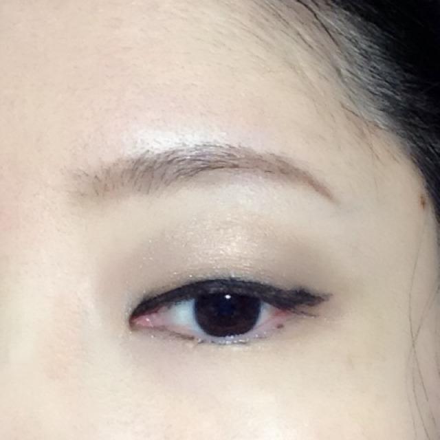 シャネルのブラックのアイライナーで、目の中心が若干太くなるよう描きます。