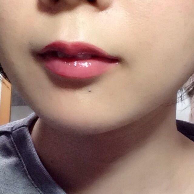 リップは最初にクリームを塗ってから、赤の口紅、その後赤のグロスで長持ち。 薄唇なので、オーバーリップ気味に。