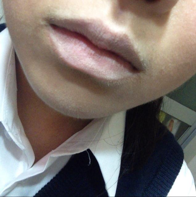 唇に唇用コンシーラー または ファンデをぬります