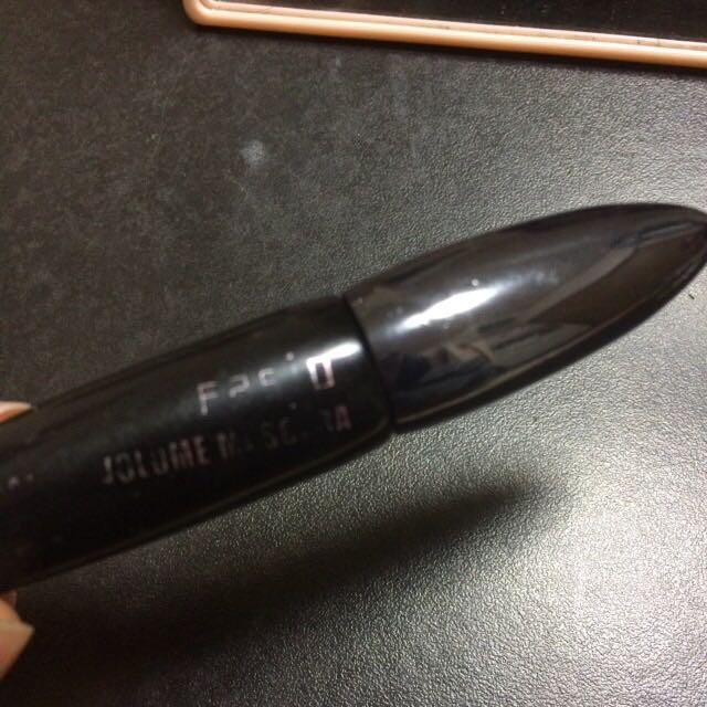 ビューラーをライターで温めてまつ毛をあげます。(とてもあつくなるので指で触れるくらいになったら挟んでください)マスカラはFASIOをつかいます。