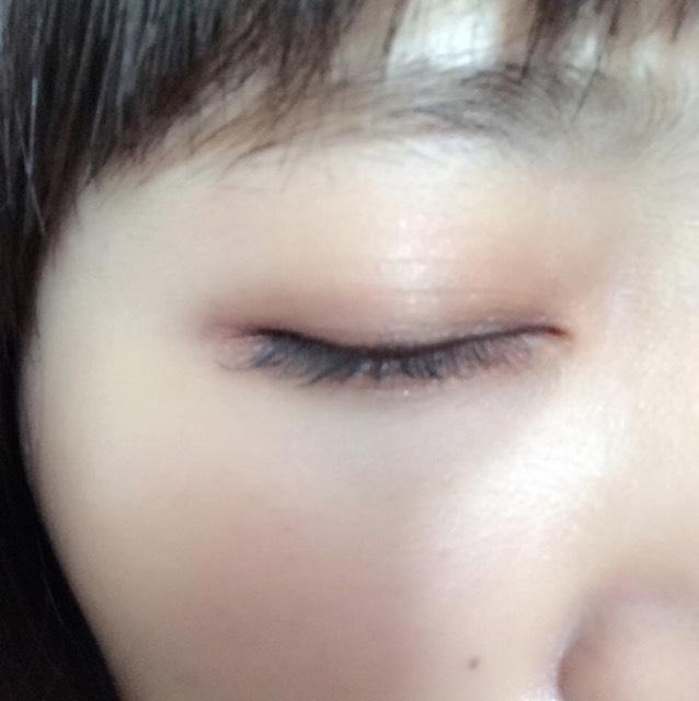 瞼にブラウンを塗って、目尻側に濃いブラウンをぬる。下瞼にもブラウンを塗る。