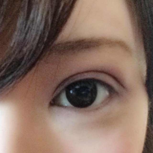 ブラウンのアイライナーで、二重の線を延長します。あたかも目がもっと横長なように見せるため、頑張ります。