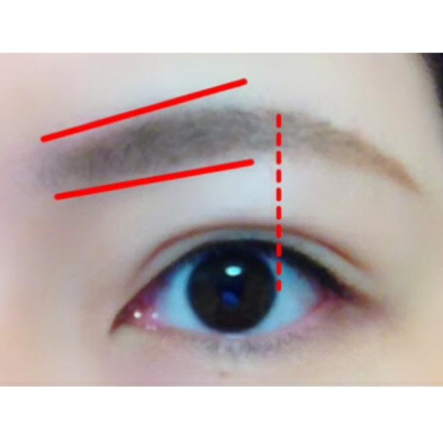 ナチュラルブラウンよりやや薄めのアイブロウパウダーで眉を書きます。眉頭は細めに、眉山に向かって徐々に太くなるようにすると◎。