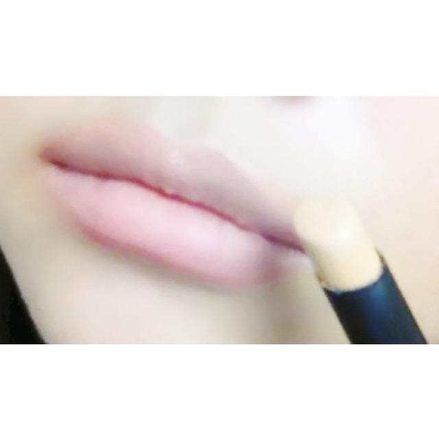ヌーディーな唇にするため、コンシーラーで唇の地の色を消して…
