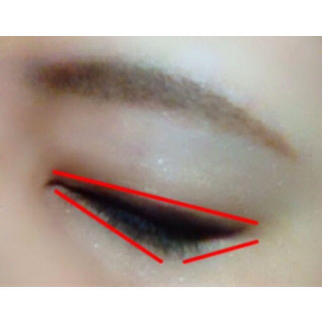 ブラウンのアイライナーで、目尻に向かって太くなるようにラインを。 上まぶたに細い逆三角形を作るようにするのがポイント☆