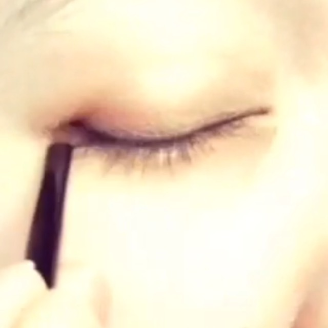 ブラックのアイシャドウで目のキワに細くラインをいれます。
