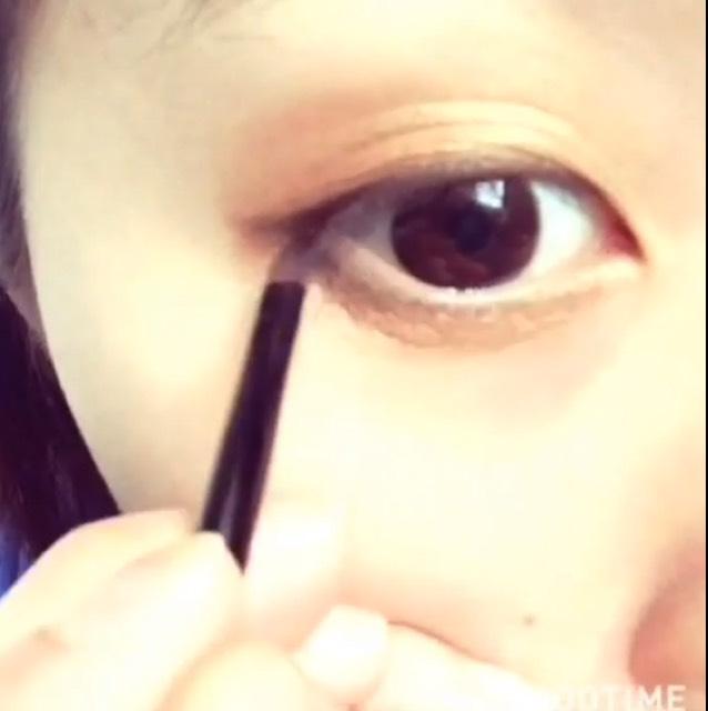 下瞼にも細くいれます。黒目まで。