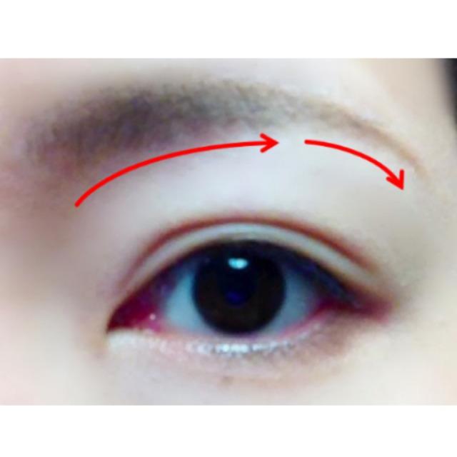 まずは眉メイク♪毛の流れに沿って自然なアーチ状に。 眉尻はすっと細く!