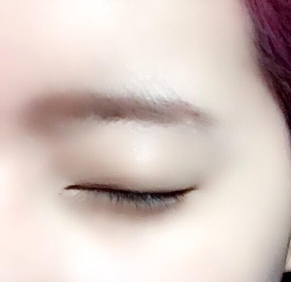 次に眉マスカラを左右に動かしながら眉が均一の色になるように染めます。